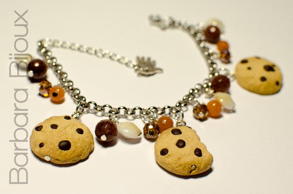 Bracciale con biscotti e perle di vetro, realizzato a mano in pasta polimerica (fimo).