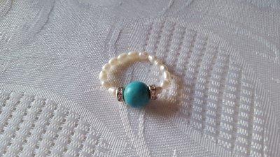 Anello elastico con pietra simil turchese e perline bianche