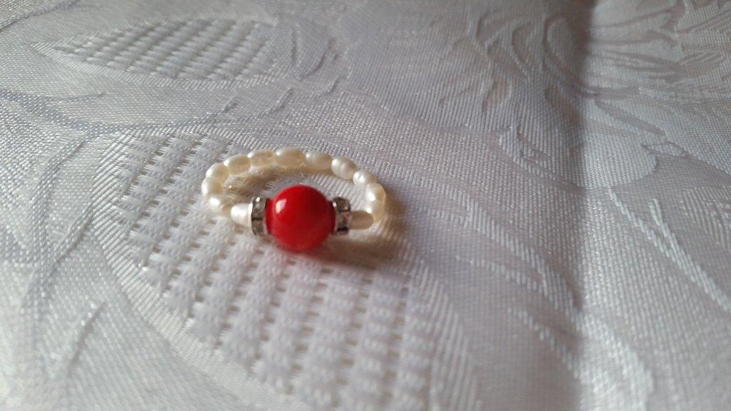 Anello elastico con perla di corallo e perline bianche