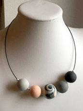 collier perle sferiche in gradazioni di colore, grigio antracite azzurro carta da zucchero albicocca, swirl vortice spirale, lucidato a mano