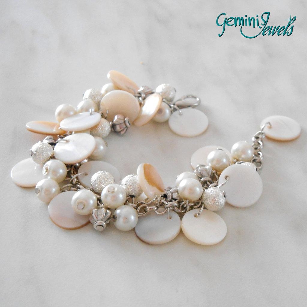 Bracciale con zecchini di madreperla e perle bianche
