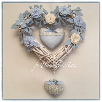 Cuore/fiocco nascita in vimini con roselline bianche e azzurre,farfalla e due cuori con pizzo