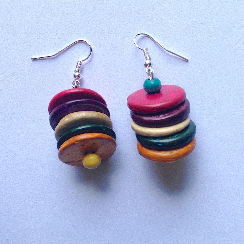 Orecchini pendenti colorati con perline e dischetti in legno fatti a mano