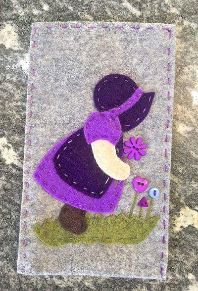 porta cellulare in panno lana e feltro con Sue Sunbonnet con fiori