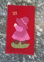porta cellulare in panno lana e feltro con Sue Sunbonnet che insegue una farfalla
