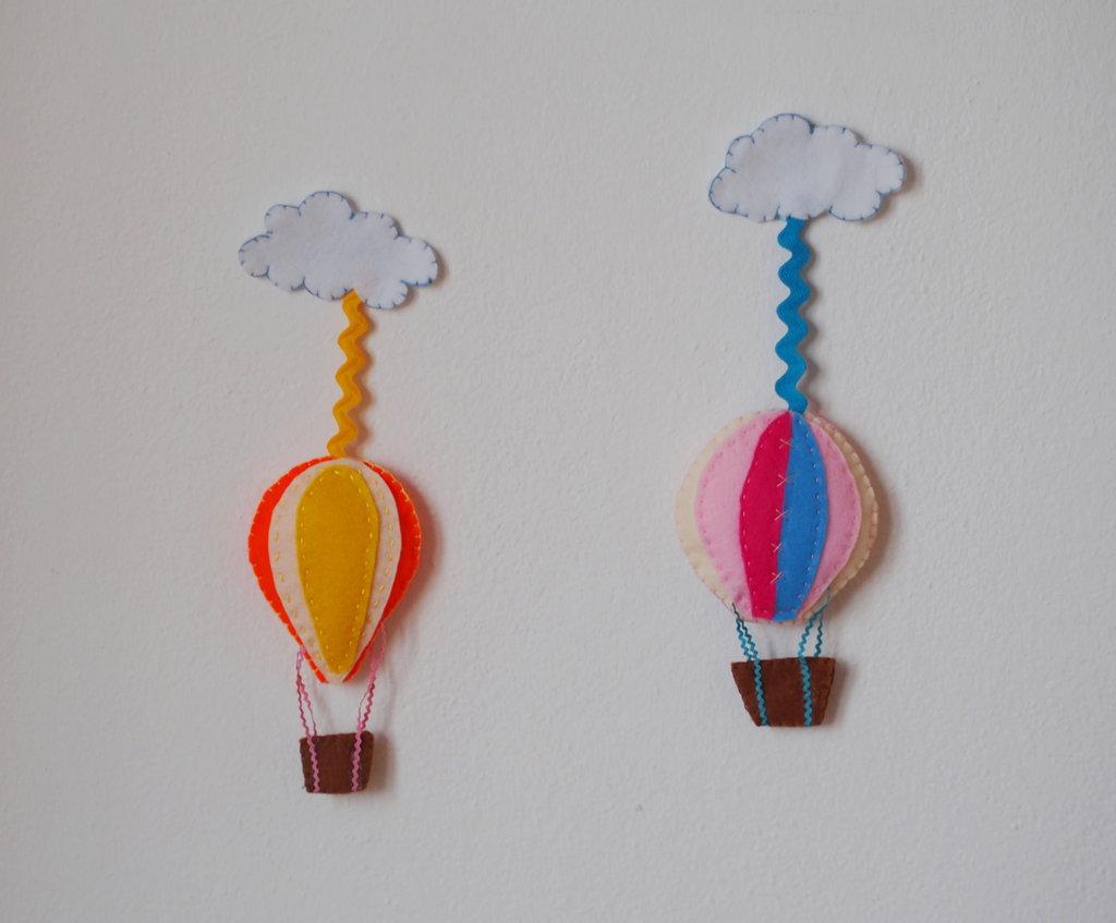 Mongolfiere/nuvole in feltro.Idea per gioco,bomboniera,oggetto da appendere sulla culla o nella stanza dei bambini.Colorate.Personalizzabili .Ricamato a mano