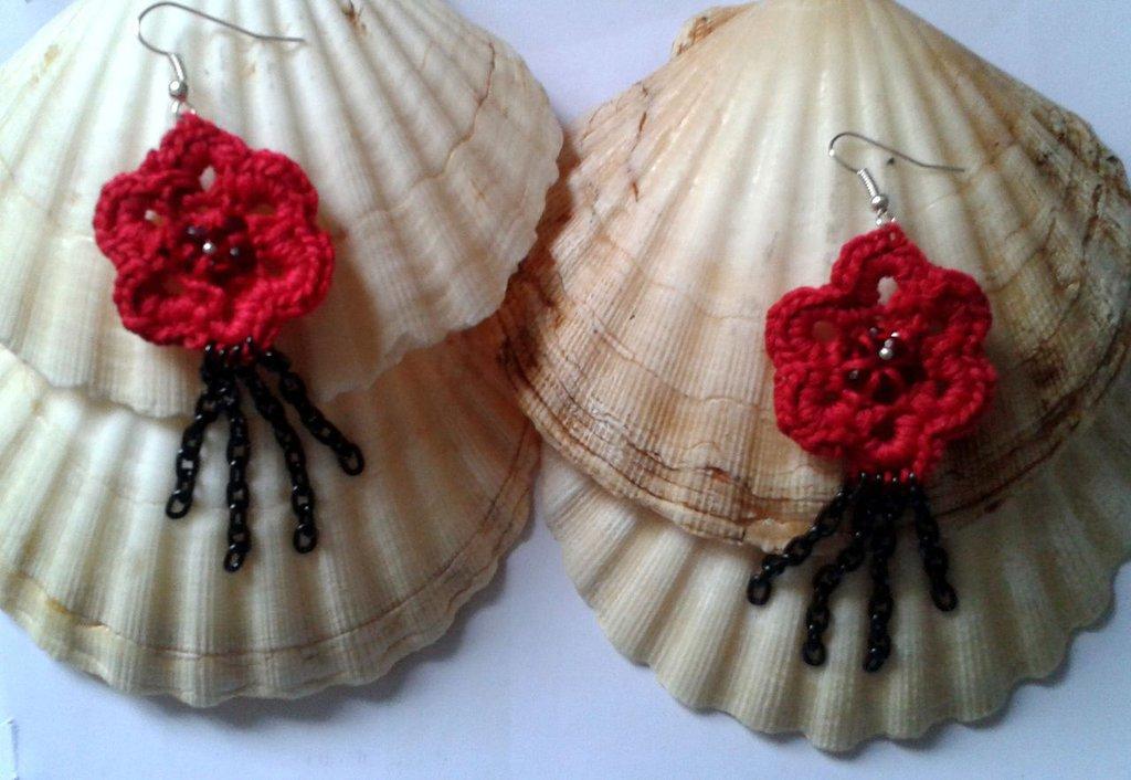 Orecchini rossi creati all`uncinetto con la catena nera