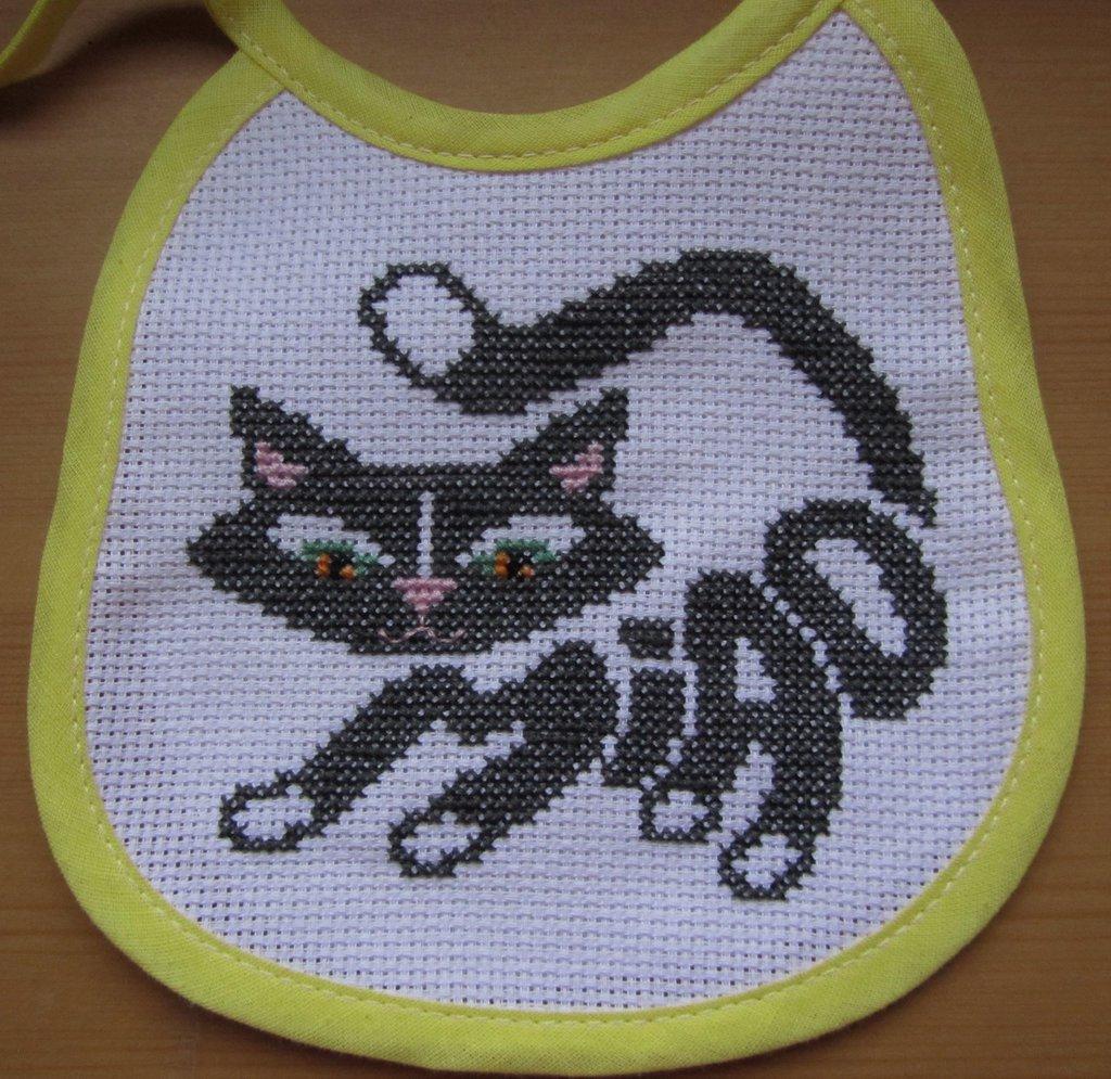 Bavaglino gatto ricamato a mano a punto croce