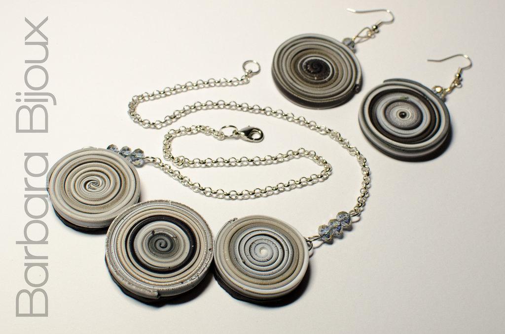 Parure composta da collana e orecchini con cerchi con sfumature del nero realizzata a mano in pasta polimerica (fimo).