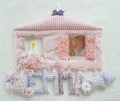 Fiocco nascita con lettere di stoffa imbottite, cuori, una cicogna ed una cornice portafoto