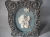 Quadretto decorativo azzurro, in stile  shabby,   con angioletto in polvere ceramica