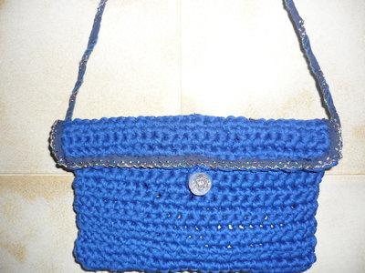 Pochette in fettuccia blu realizzata a mano, con bordini di merletto e brillantini.