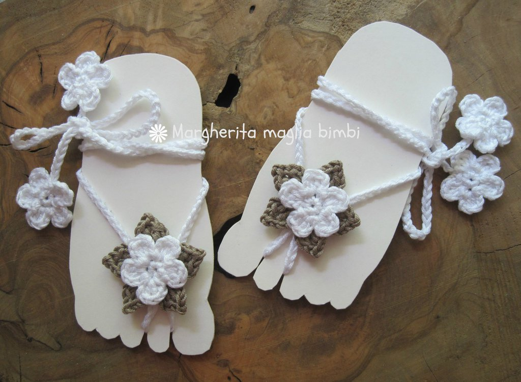 Sandali piedi nudi baby - fiore bianco e tortora - decorazione piede bambina - idea regalo!