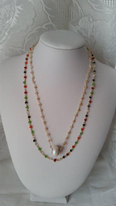 Collana fatta con la lavorazione a rosario con mezzi cristalli ed elemento Swarovski