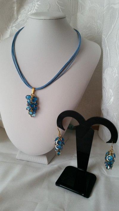 Parure di collana con cordini cerati turchesi e ciondolo a grappolo turchese con orecchini abbinati