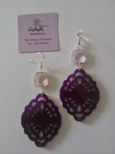 Orecchini rosa e viola con castone in vetro ed elemento in plexiglass