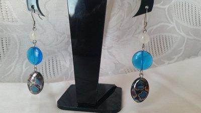 Orecchini pendenti con tre perline sulla tonalità del bianco e dell'azzurro