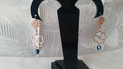 Orecchini pendenti placcati in oro rosa a forma di quadrifoglio con piccolo mezzo cristallo blu