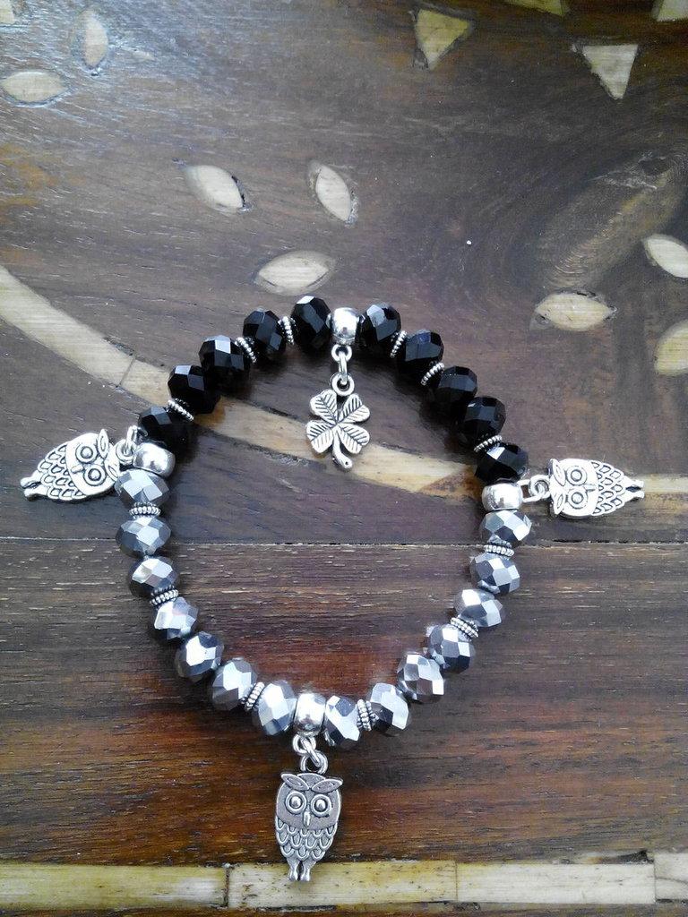 Bracciale fatto a mano elastico doppio colore argento nero con charms gufetti e quadrifoglio