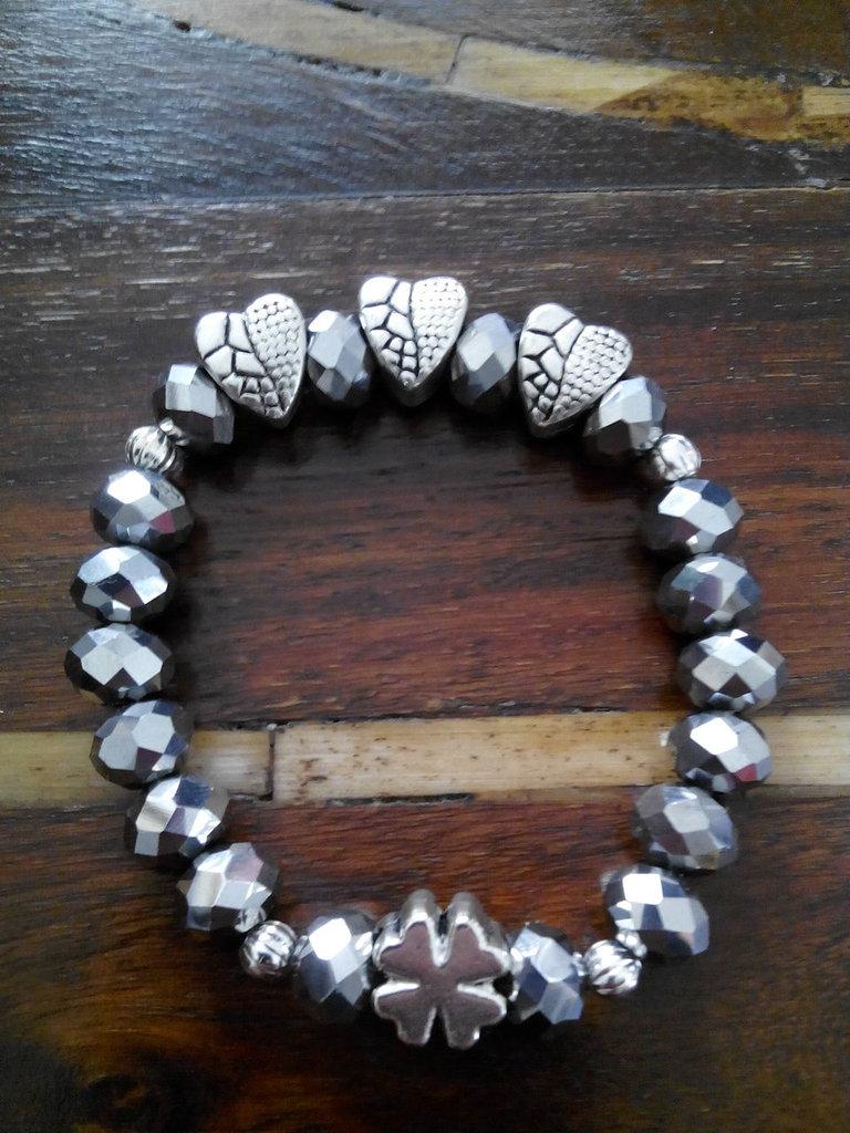 Bracciale alla moda, fatto a mano, elastico con mezzi cristalli argentati, cuori decorati e quadrifoglio