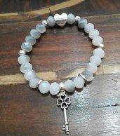Bracciale fatto a mano in mezzi cristalli swarovski bicolore bianco e grigio, charm pendente chiave e charm cuore