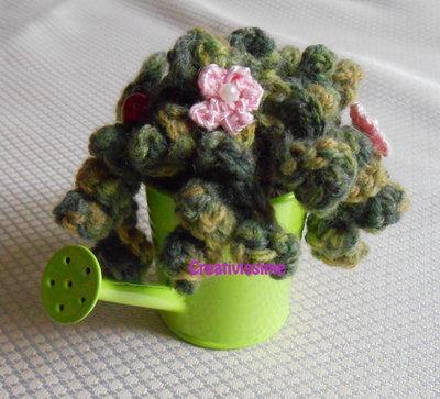 Piantina riccia all'uncinetto con annaffiatoio verde- fatto a mano