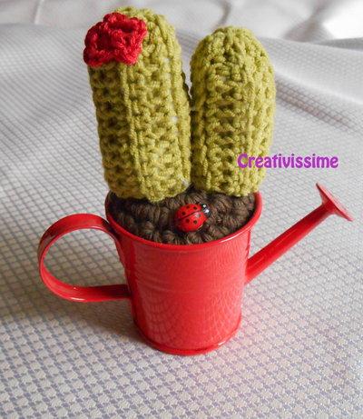 Cactus all'uncinetto con annaffiatoio rosso - fatto a mano