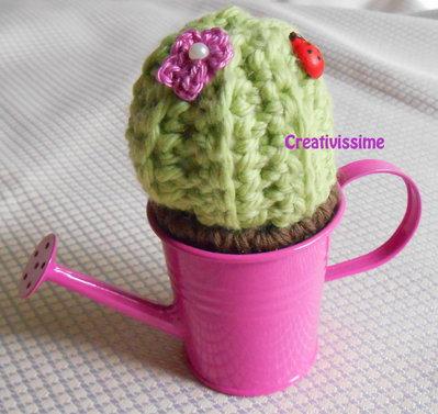 Cactus all'uncinetto con annaffiatoio violetto - fatto a mano