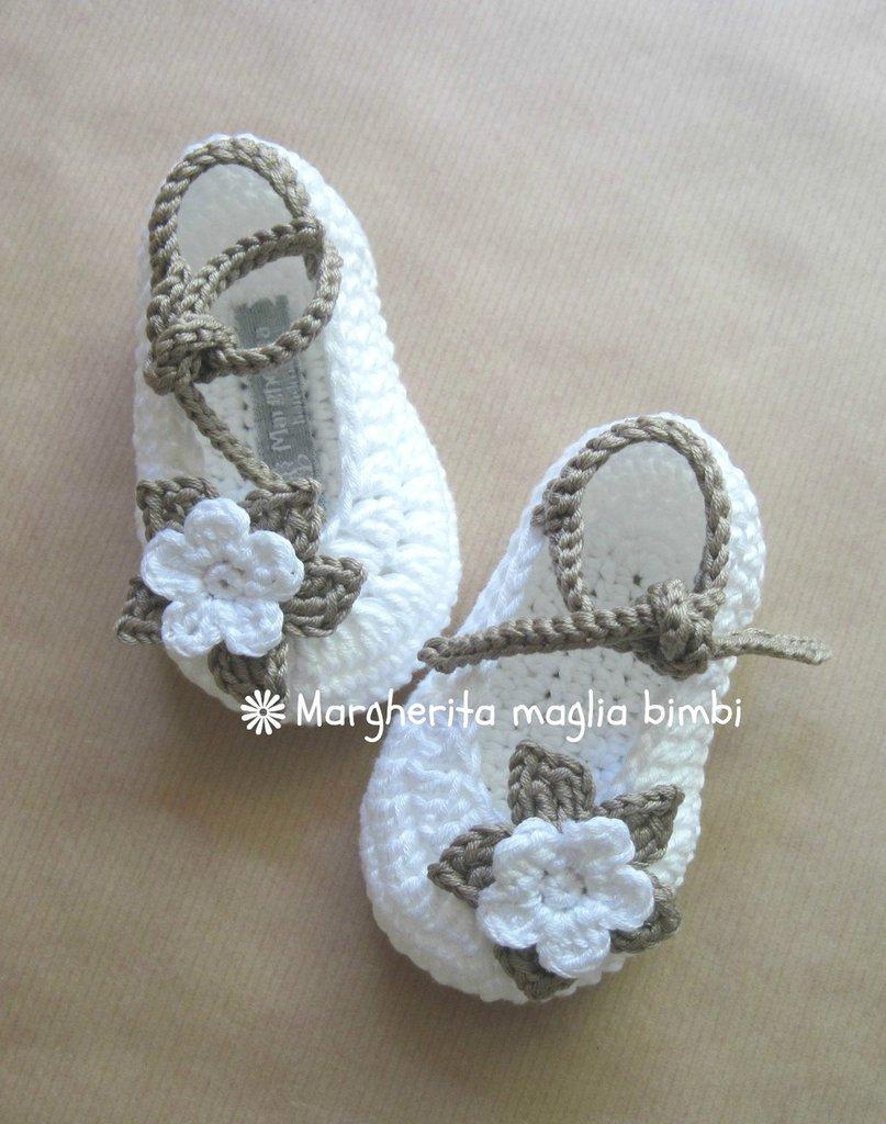Scarpine ballerine bianche con fiore bianco e tortora fatte a mano all'uncinetto