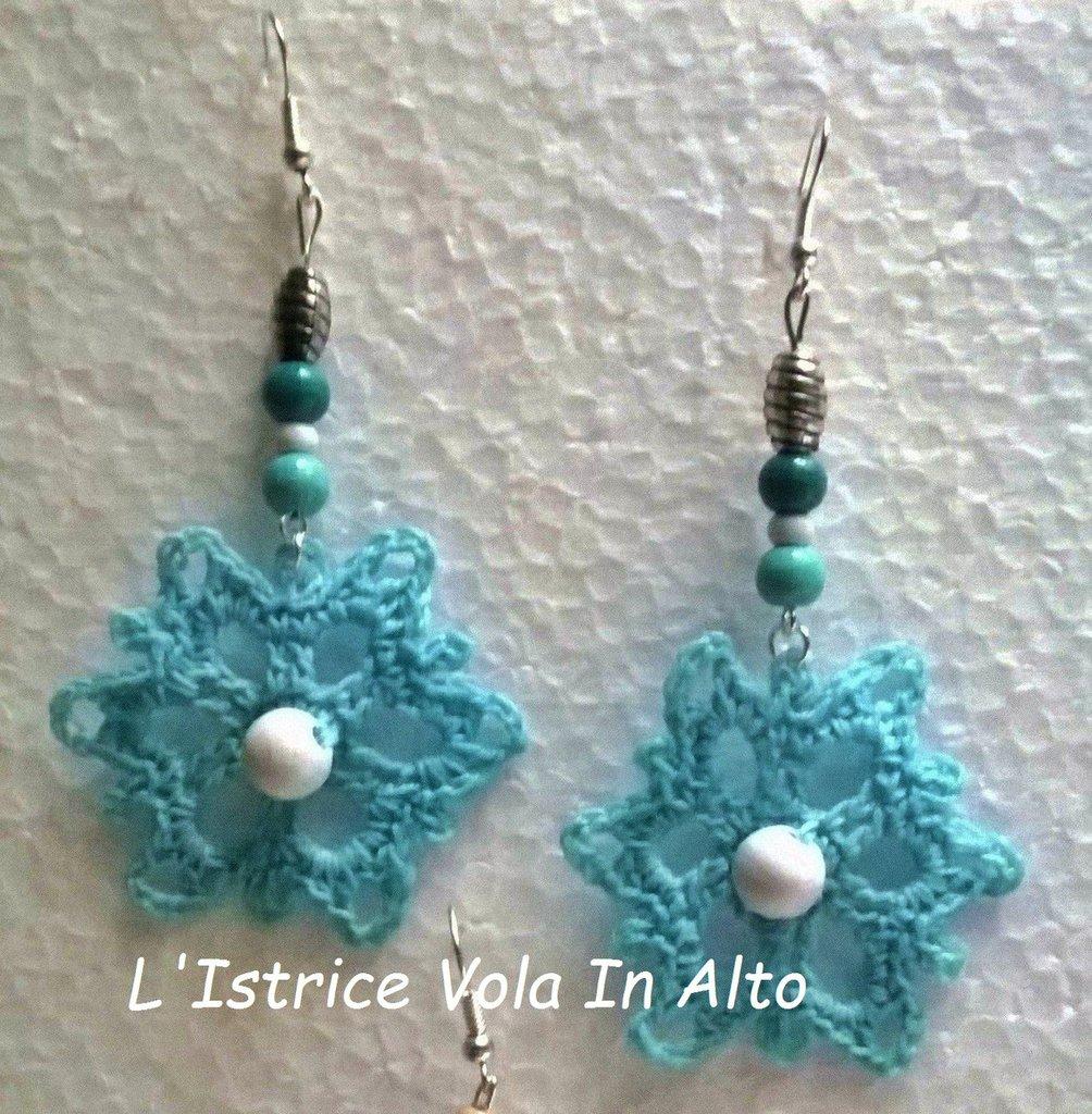 Orecchini azzurri pendenti in cotone fatti a mano a uncinetto