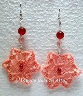 Orecchini pendenti  a fiore in cotone color rosa salmone, fatti a mano ad uncinetto