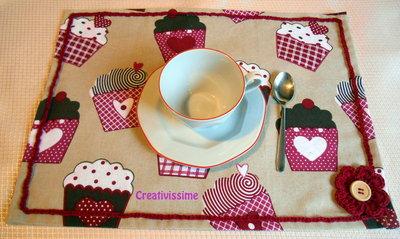Tovaglietta americana con stampe di muffin e fiore uncinetto bordeaux - fatto a mano