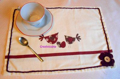 Tovaglietta americana con stampe di gallinae unova e fiore uncinetto bordeaux - fatto a mano