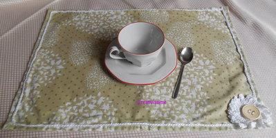 Tovaglietta americana con stampe a cuori e fiore uncinetto bianco - fatto a mano