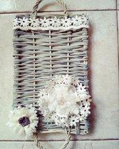 Vassoio di vimini con fiori in tessuto