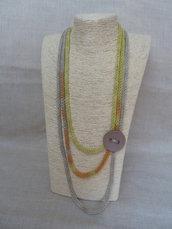 Collana in cotone biologico sfumata lavorata a tricotin con bottone tono su tono