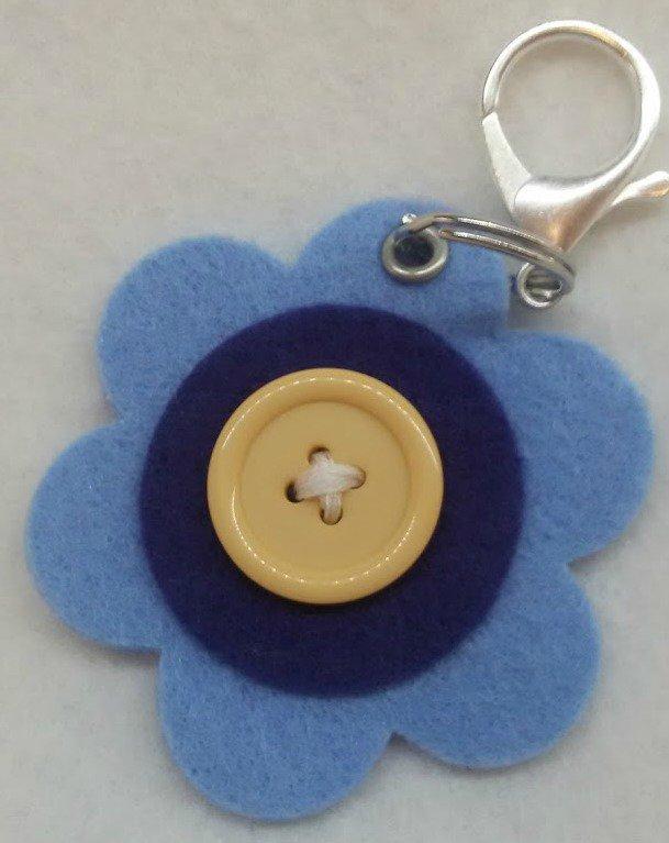Portachiavi in feltro azzurro, blu e giallo