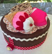 Scatola di latta rivestita in feltro, decorata con tre gelati in feltro