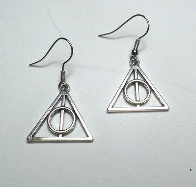 Orecchini con pendenti a forma del simbolo di Harry Potter e i Doni della Morte
