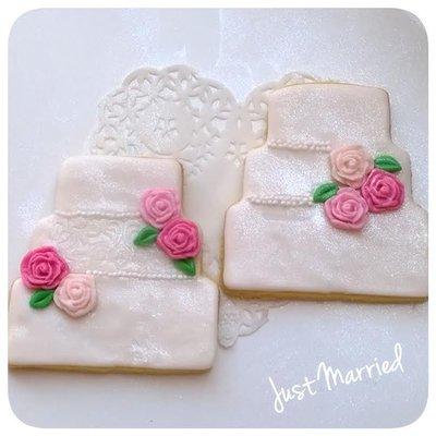 biscotto decorato, torta nuziale, rose e pizzo
