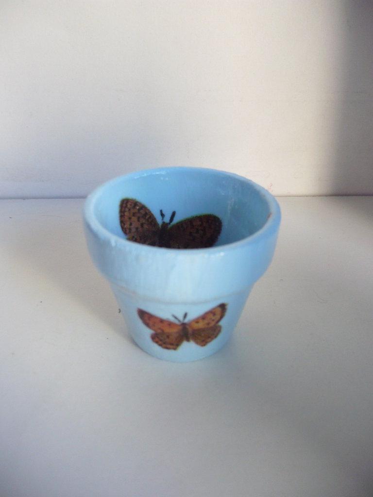 vasetto azzurro con farfalle