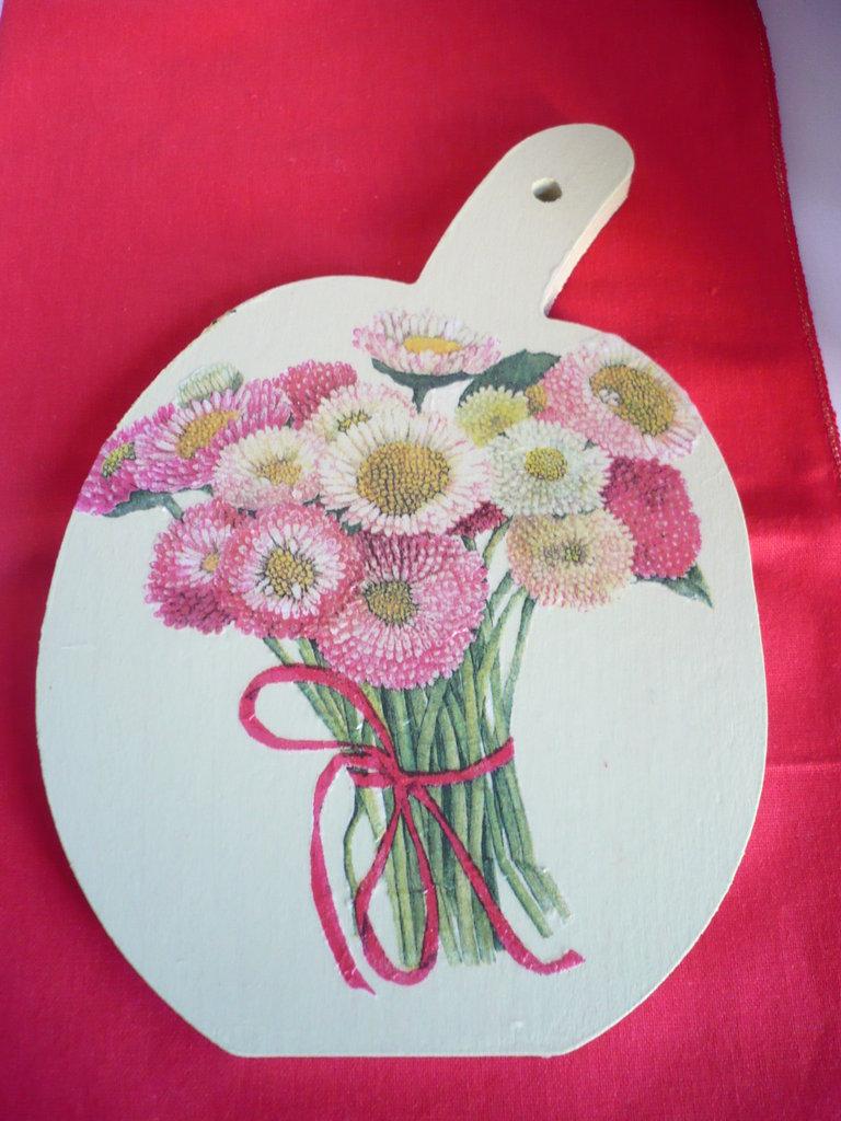 tagliere in legno con fiori