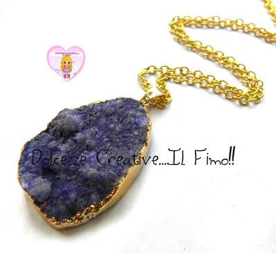 """Collana Collezione """"Precious"""" in Agata naturale blu/viola e cornice di ottone dorata"""