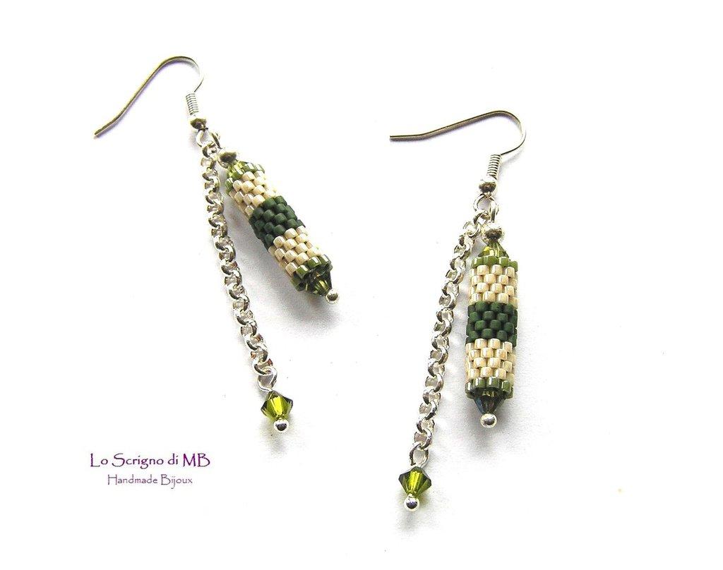 Orecchini pendenti con catenella e tubetto in tessitura di perline verde