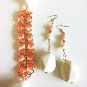 Orecchini in metallo dorato con pendente con corallo grande sfaccettato e piccole conchiglie