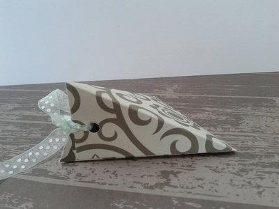 Scatolina porta confetti vintage matrimoni, lauree, anniversari realizzata in cartoncino fantasia e decorazione a scelta.