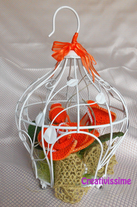 Gabbietta con rose all'uncinetto arancione - fatto a mano