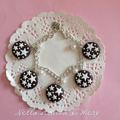 Bracciale con dolci pan di stelle pendenti