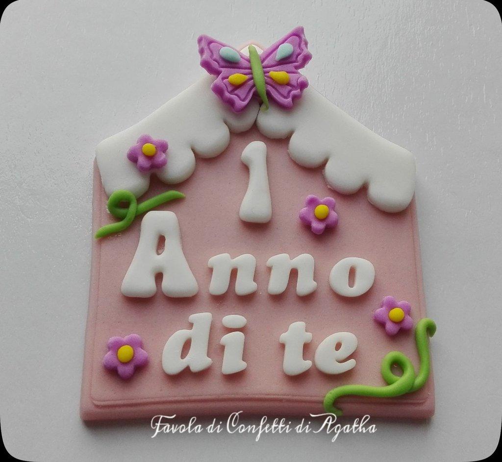 """TARGHETTA PER TORTA IN PASTA DI ZUCCHERO O SEGNAPOSTO - TEMA """"CASETTA"""""""