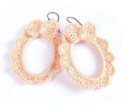 Orecchini romantici con fiocchetto realizzati a crochet in cotone color rosa pesca e rame riciclato